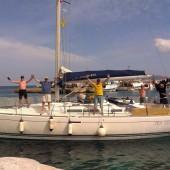 załoga Marka odpływa od portu w Faviignana