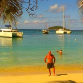 Robert na Salt Whistle Bay, Mayreau, a za nim nasz katamaran na kotwicy