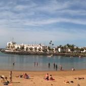 obok portu piaszczysta piękna plaża...