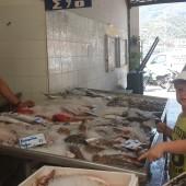 ... na targu rybnym w Poros..