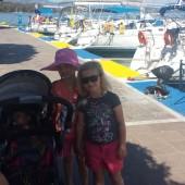 Agatka, Zosia i Staś na kei w Poros