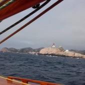 Przepływamy obok najstarszej latarni w Norwegii z 1655r. Lindesnes