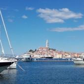 ..z mariny ACI jest przepiękny widok na stare miasto w Rovinj