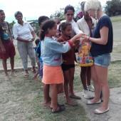 ...dzieci były przeszczęśliwe z rozdawanych prezentów...