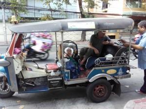 ... a po Bangkoku przemieszczamy się Tuk - Tuk'ami