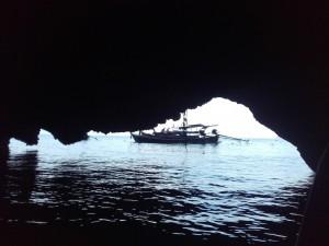 ..albo zwiedzaliśmy jaskinie, do której można było tylko o niskiej wodzie wpłynąć...
