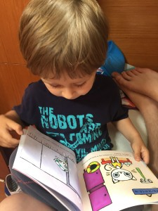... A Staśko 3,5 roku... czyta przygody Kici Koci, które dostał od Cioci Marty...