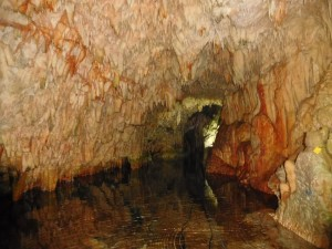 ...tajemnicze groty z krystalicznie czystą wodą