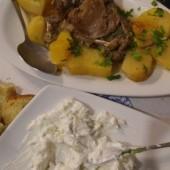..tzatziki i wołowina z ziemniaczkami..